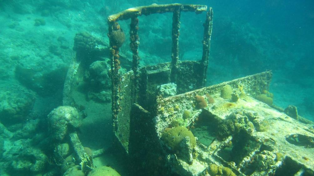 Foto 1 von 5 laden Picturesque sunken tugboat in Curacao