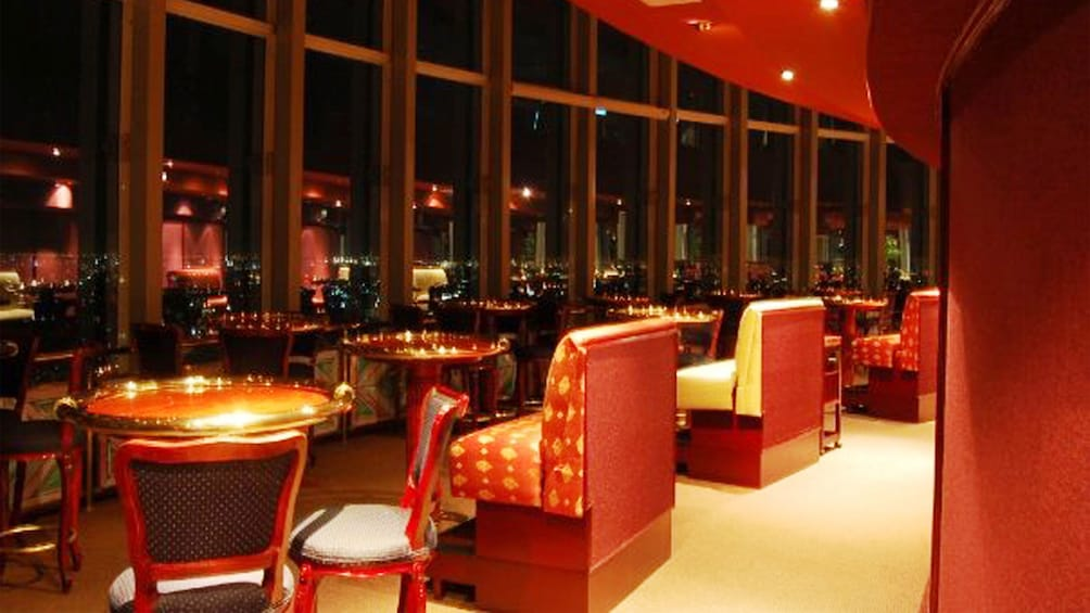 正在顯示第 4 張相片,共 4 張。 Bellini tables and chairs looking out at the city at night in Mexico City