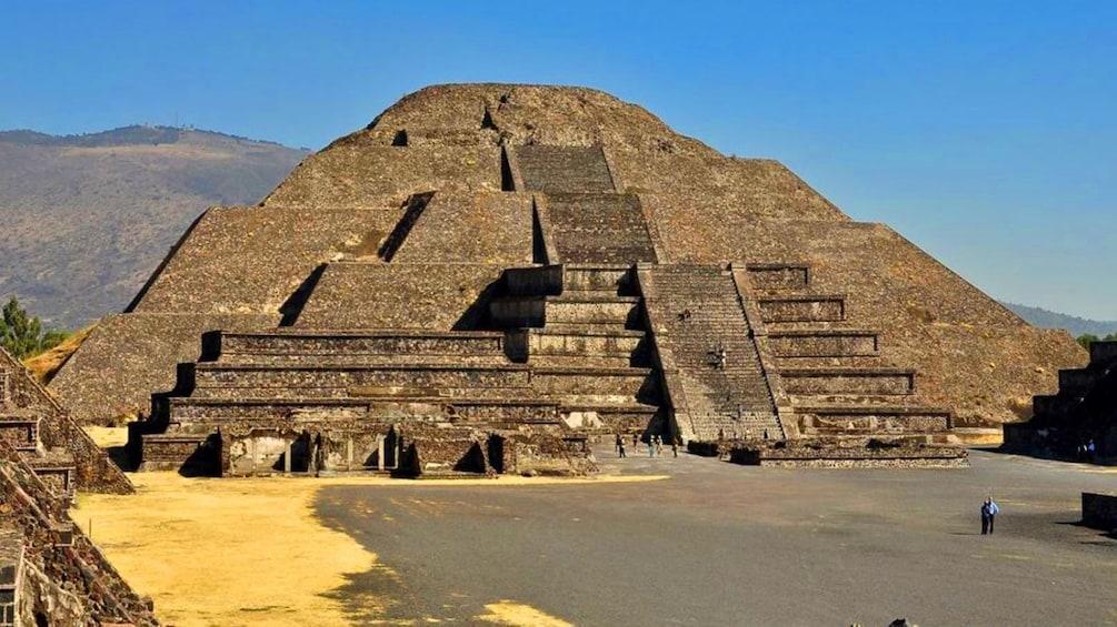 Show item 4 of 5. piramide del sol