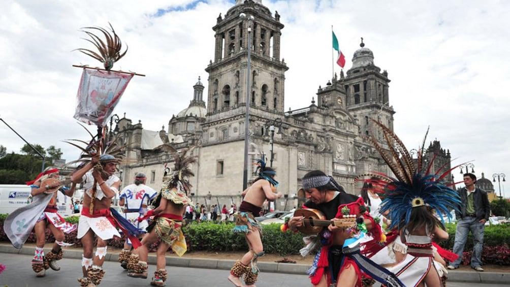 Charger l'élément 1 sur 5. Dancers outside the Mexico City Metropolitan Cathedral