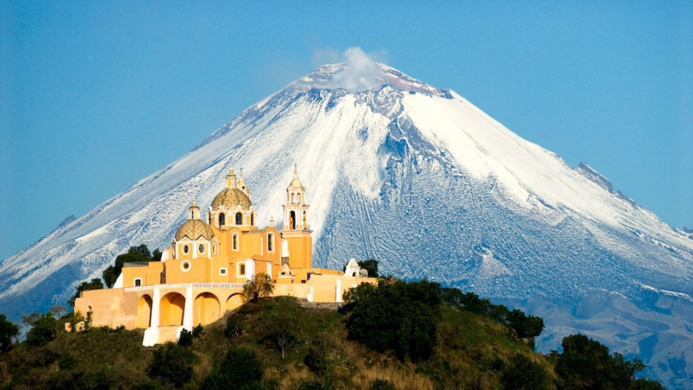 Charger l'élément 5 sur 5. Church on top of the Great Pyramid of Cholula with a volcano in the background