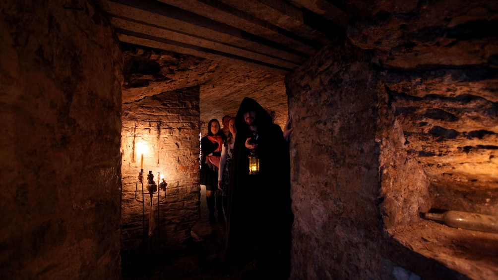 正在顯示第 2 張相片,共 5 張。 dark passageway in Edinburgh