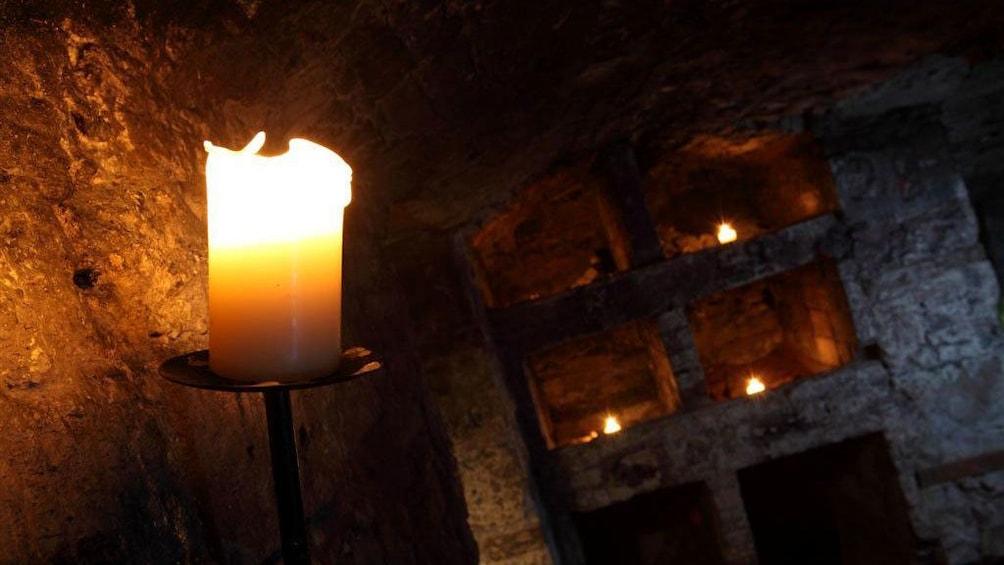 正在顯示第 5 張相片,共 5 張。 candle in dark room in edinburgh