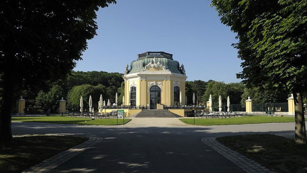 Foto 2 van 5. The imperial breakfast pavilion at the Schoenbrunn Zoo in Vienna