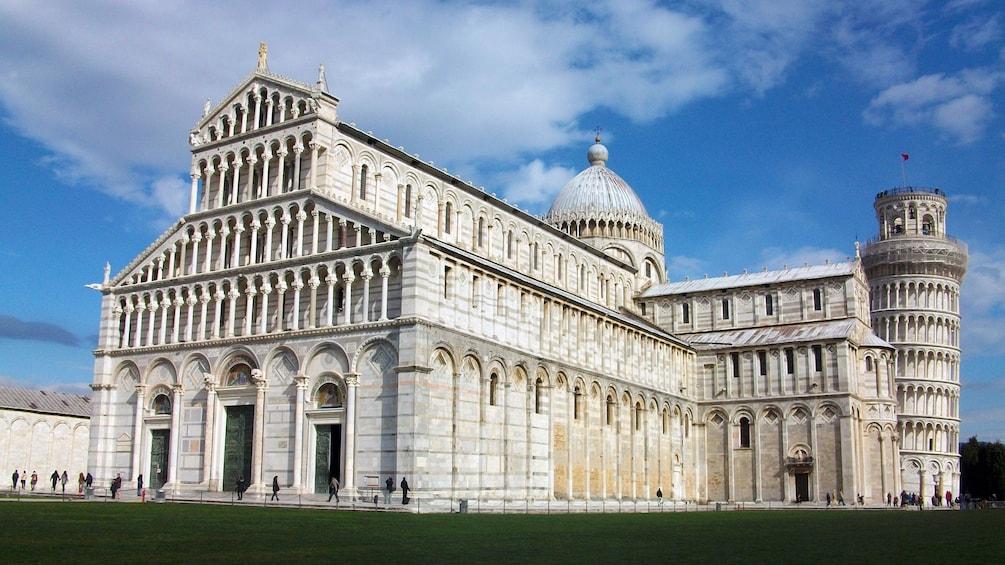 Apri foto 4 di 6. Exterior view of buildings at Pisa in Italy