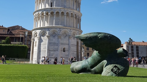 Leaning tower of Pisa and statue