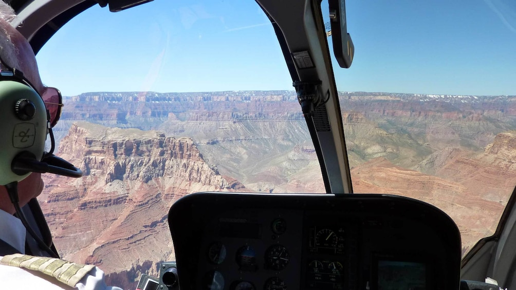 Foto 5 von 5 laden View of the Grand Canyon from inside of a helicopter