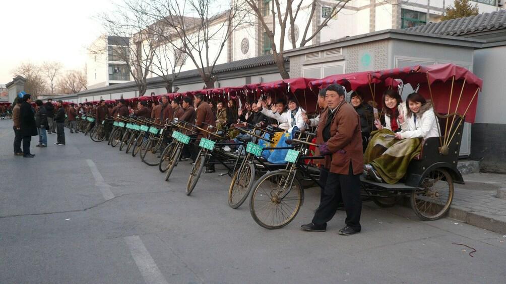 正在顯示第 4 張相片,共 5 張。 Large group of bike taxis with passengers in Beijing