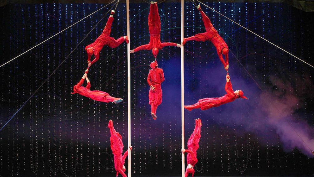 正在顯示第 3 張相片,共 10 張。 Acrobats in red performing in Beijing