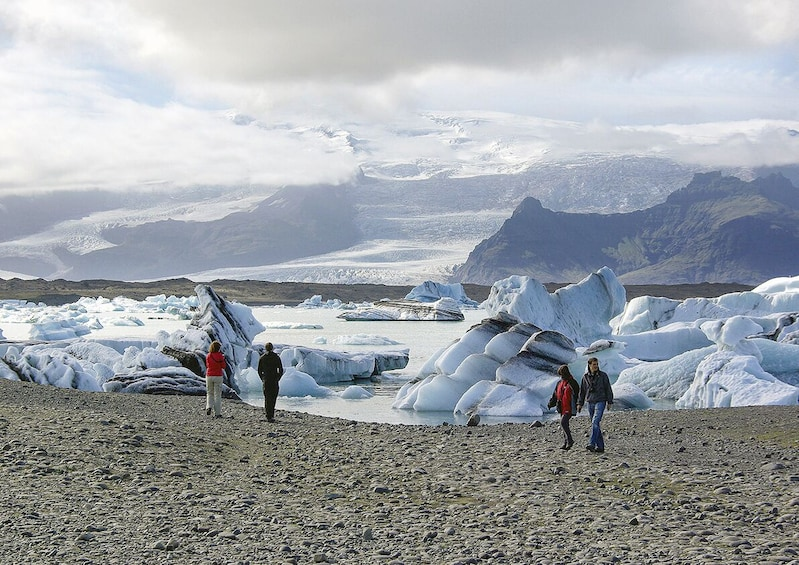 Charger l'élément 2 sur 9. South Coast Waterfalls & Jökulsárlón Glacial Lagoon Tour