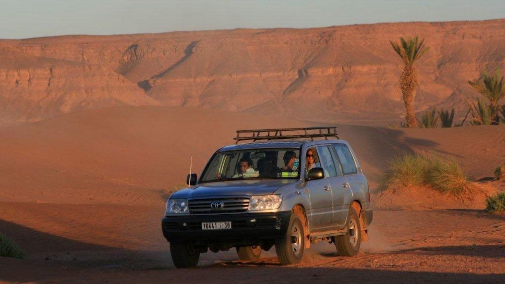 Charger l'élément 4 sur 5. Jeep with tour group going off road in Marrakech