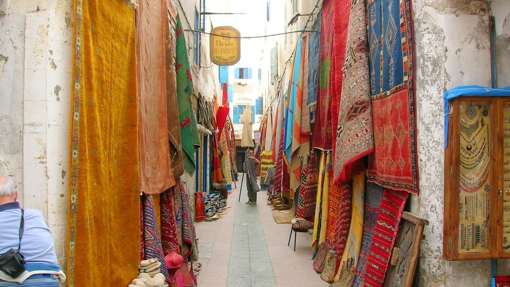 Charger l'élément 1 sur 6. Colorful rugs hanging at a market in Marrakech