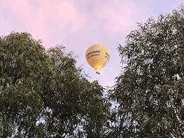 Ballonvaart in een heteluchtballon bij zonsopgang
