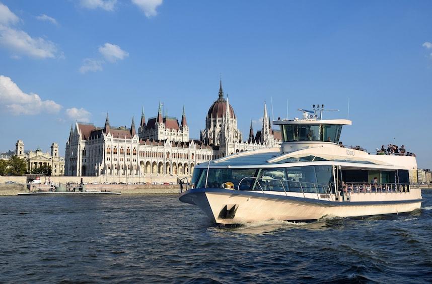 Foto 1 von 8 laden Danube Sightseeing River Cruise with Optional Margaret Island Visit