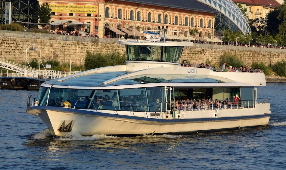 Foto 2 von 8 laden Danube Sightseeing River Cruise with Optional Margaret Island Visit
