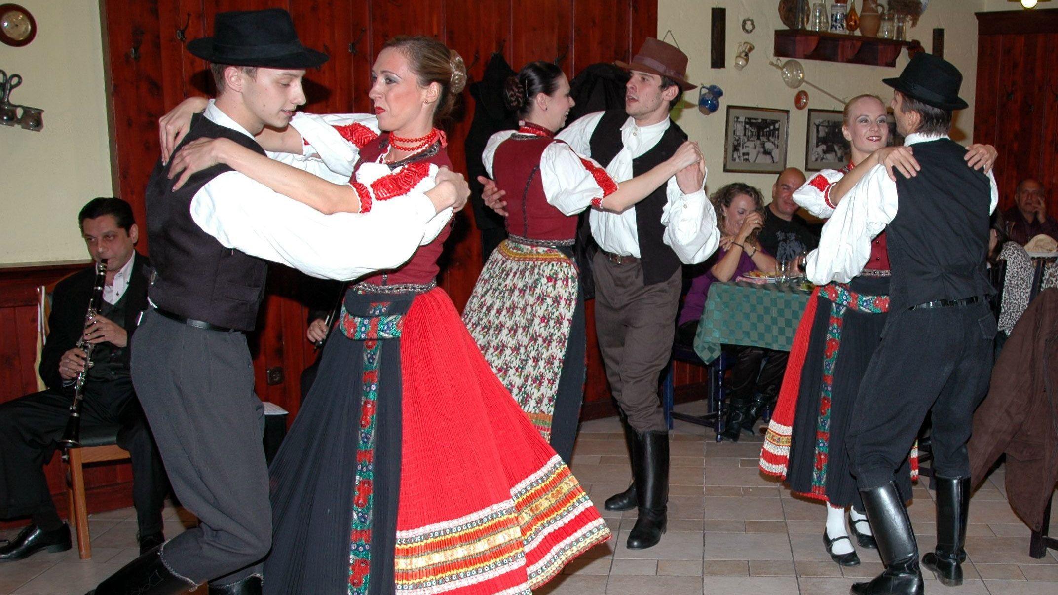 Ungersk folkloreföreställning med middag och 1 timmes stadstur