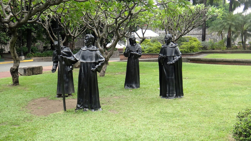 正在顯示第 4 張相片,共 10 張。 Statues of robes priests in a park in Manila