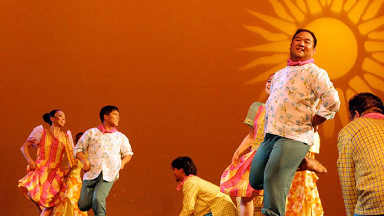 Filippiiniläinen tanssiesitys ja illallinen