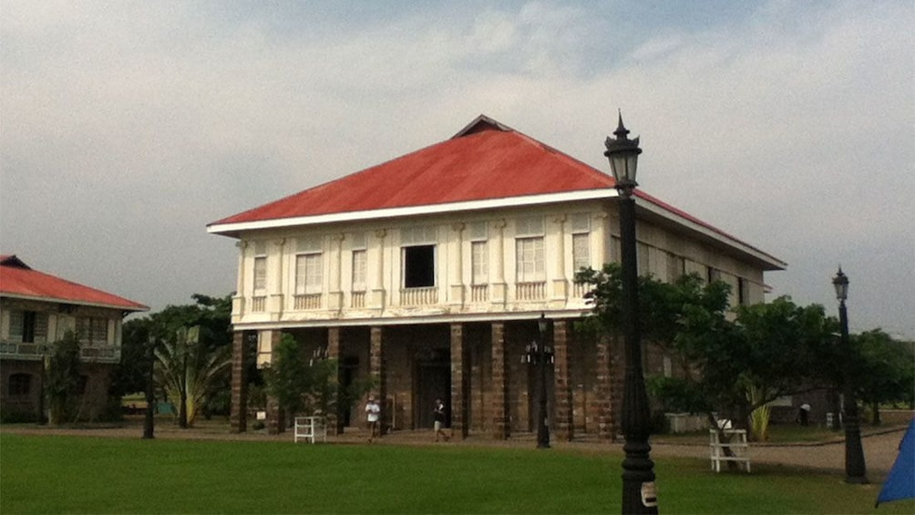 正在顯示第 3 張相片,共 6 張。 Old wood and brick two-story building at Las Casas Filipinas Resort in Manila