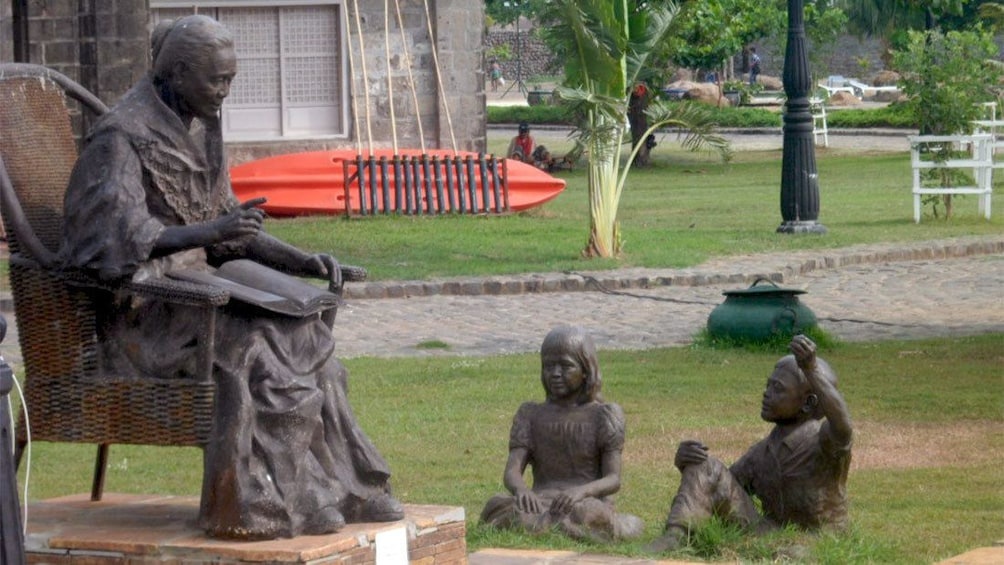 正在顯示第 2 張相片,共 6 張。 Statue of an old woman reading to children at Las Casas Filipinas Resort in Manila