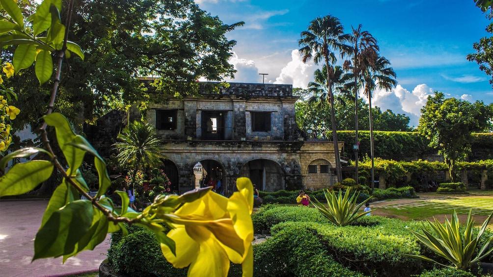 Foto 3 von 5 laden View of a historic building in Cebu