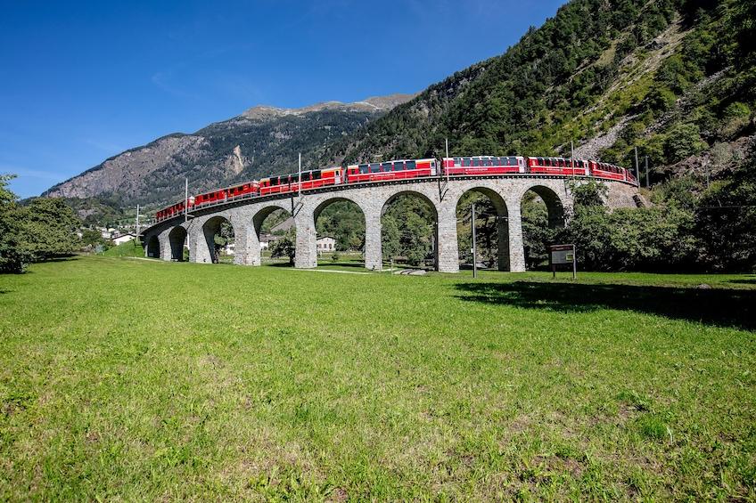 Foto 5 von 10 laden Bernina Express Rail Tour to St. Moritz