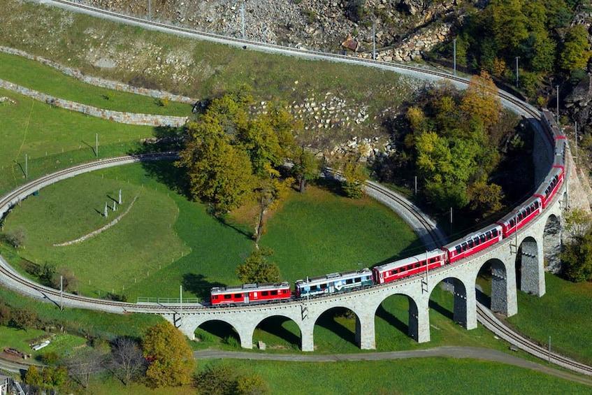Foto 4 von 10 laden Bernina Express Rail Tour to St. Moritz
