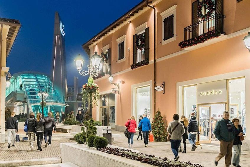 Öppna foto 5 av 9. Serravalle Designer Outlet Mall
