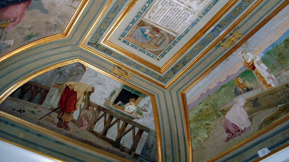 Charger l'élément 3 sur 10. A painted ceiling at the Archaeological museum in Naples