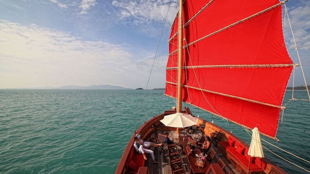 正在顯示第 2 張相片,共 5 張。 Sail boat with red sail in Koh Samui