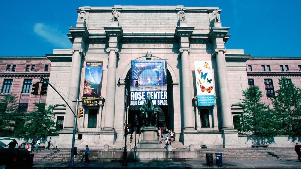 Ver elemento 1 de 9. Entrance of the American Museum of Natural History in New York