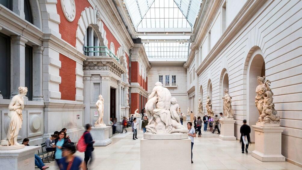 Foto 2 van 10. Petrie Court inside the Met in New York