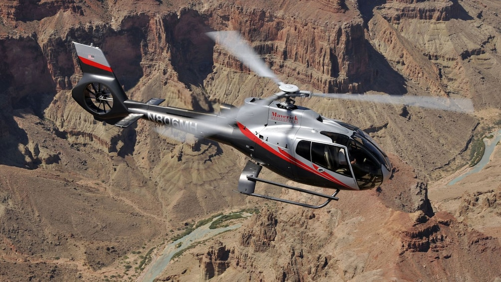 Foto 1 van 5. Closeup photo of the Mustang helicopter hovering over the Grand Canyon