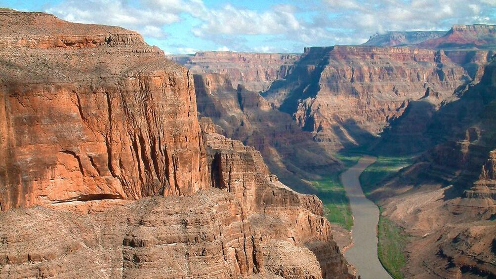 4 枚目の写真 (4 枚中) を開く。 Aerial view of the Colorado River flowing through the Grand Canyon