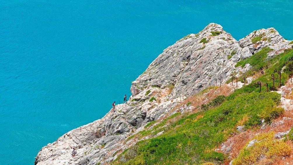 Foto 3 von 8 laden Couple walking along the coastal cliff in Portugal