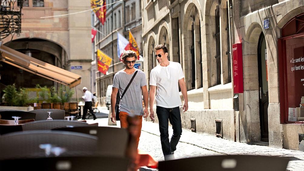 Foto 1 von 10 laden people walking together in geneva