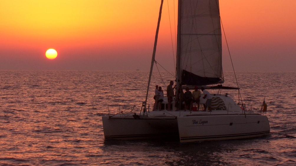 Charger l'élément 4 sur 7. Sailboat at sunset in Santorini