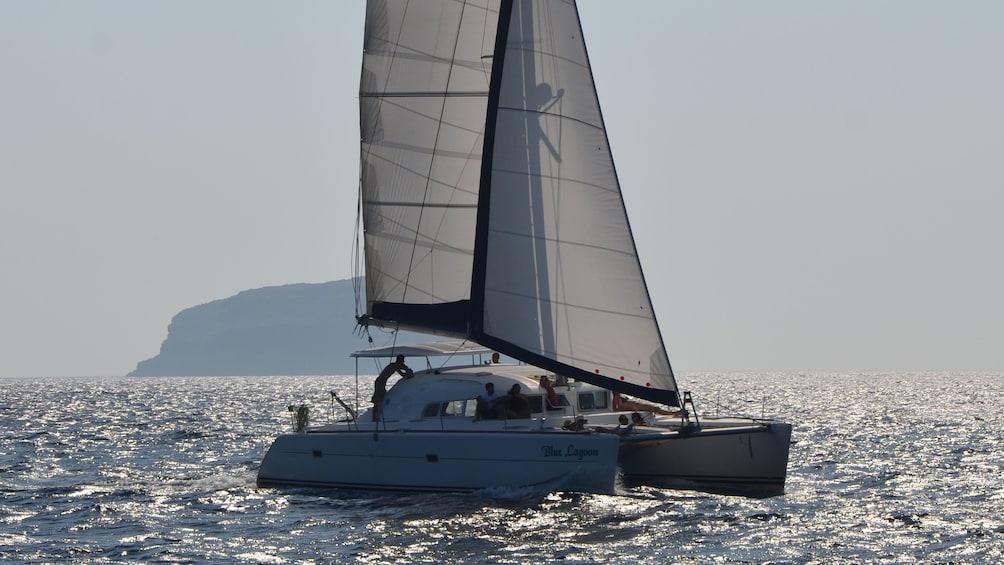 Charger l'élément 2 sur 7. Sailboat in Santorini