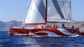 Foto 8 van 8. CLose view of a boat cruising on Santorini
