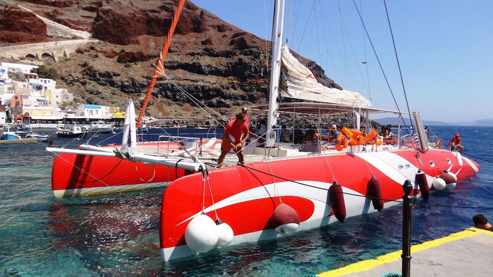 Charger l'élément 4 sur 8. Catamaran sailboat in Santorini
