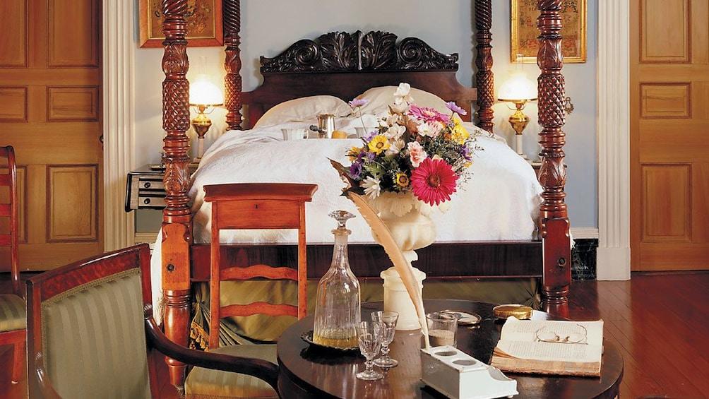 Cargar ítem 5 de 8. four post bed in bedroom inside mansion in New Orleans