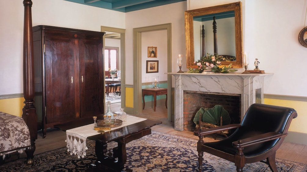 Cargar ítem 4 de 8. living room of mansion on Laura plantation in New Orleans