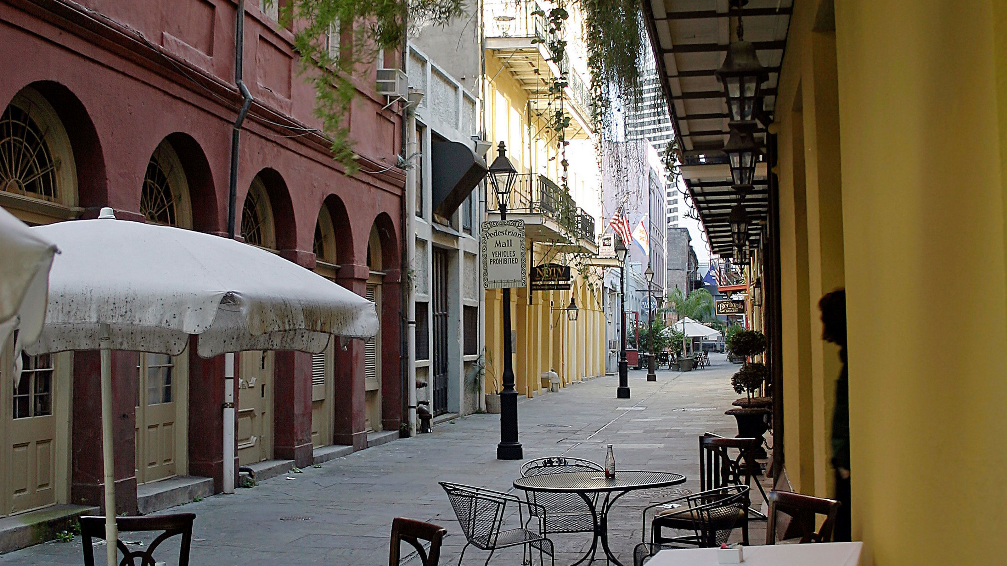 outdoor seating on sidewalk in french quarter in New Orleans