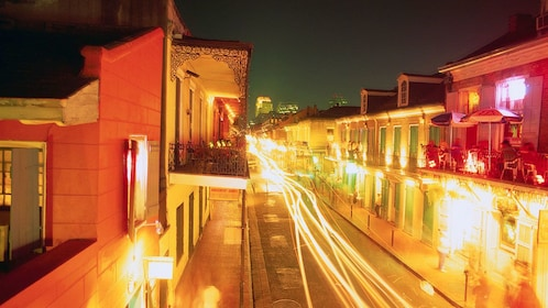 street light at night at ghost tour in New Orleans