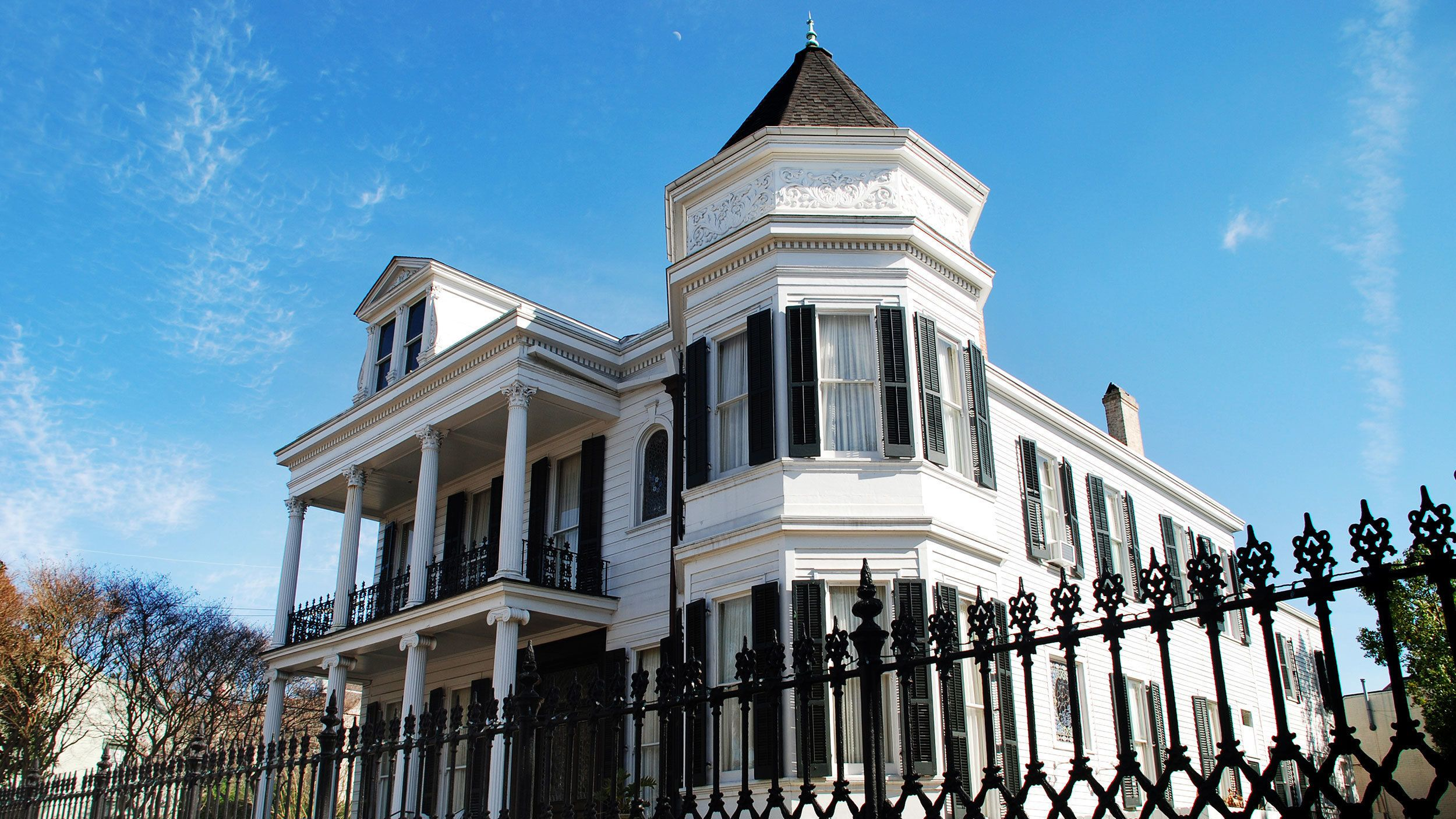 beautiful mansion in Garden District of New Orleans