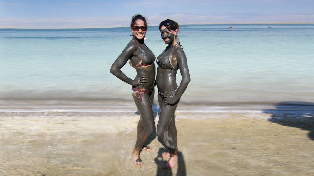 Foto 4 von 6 laden two women covered in mud from the dead sea