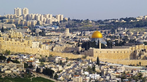 The dome of the rock contrasted against the Jerusalem city skyline