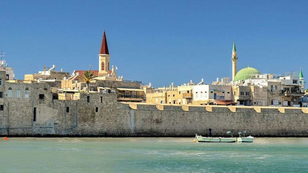 Charger l'élément 2 sur 5. A small boat sailing past the walls of Acre