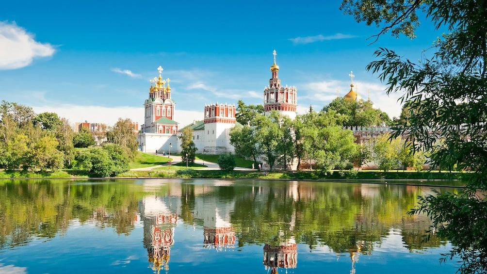 Charger l'élément 1 sur 5. Novodevichy Convent on a sunny afternoon
