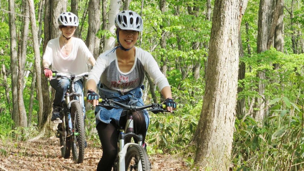 Foto 5 von 10 laden bicyclists in forest in Tokyo